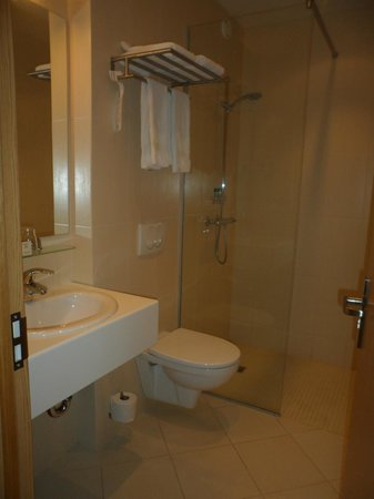 Hotel Klettur: modern, clean bathroom, large shower&lots of hot water