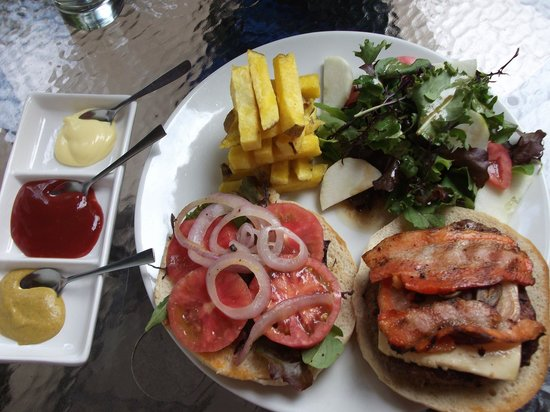 El Albergue Restaurant : The alpaca/beef burger as per menu, bacon cooked more