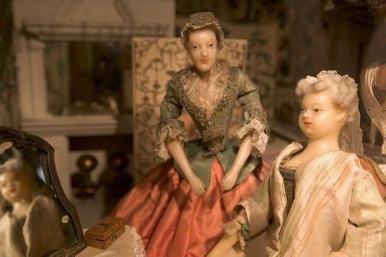 Puppenstadt Mon Plaisir: Auguste Dorothea herself (right)