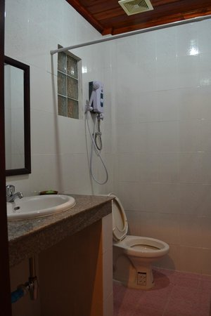Phone Praseuth Guesthouse: badkamer