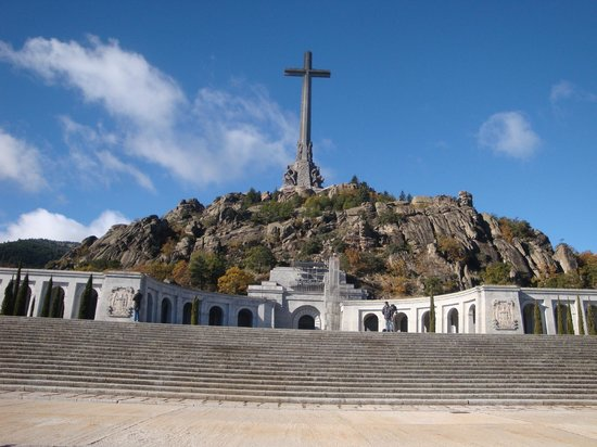 Valle de los Caídos: Desde la explanada, vista hacia el monumento