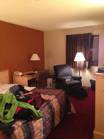 #Americas Best Value Inn- South Sioux City: So cramped you couldn't get to the desk and no outlets for laptop anyway.