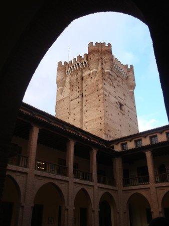 Castillo de la Mota: La torre vista desde el patio