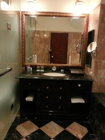 Capital Hotel Dazhi: bathroom, toilet and shower left, jacuzzi on right.