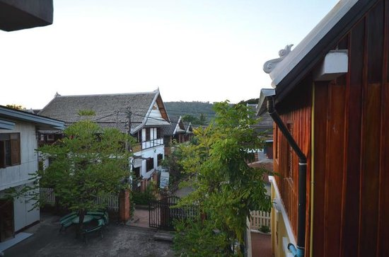 Hoxieng Guesthouse 1: View from side balcony (no room balcony)