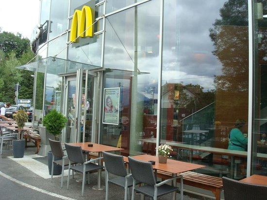 Ibis Salzburg Nord: Mc Donalds debajo del hotel