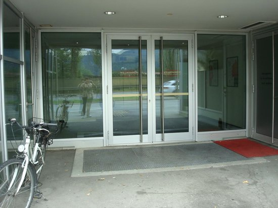 Ibis Salzburg Nord: Salida hotel para Mc Donalds y parada bus