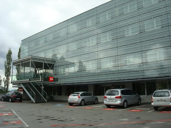 Ibis Salzburg Nord: Fachada y parking hotel