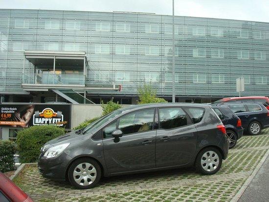 Ibis Salzburg Nord: Parking hotel