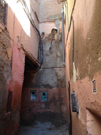 Riad Alwane: ruelle accès hotel
