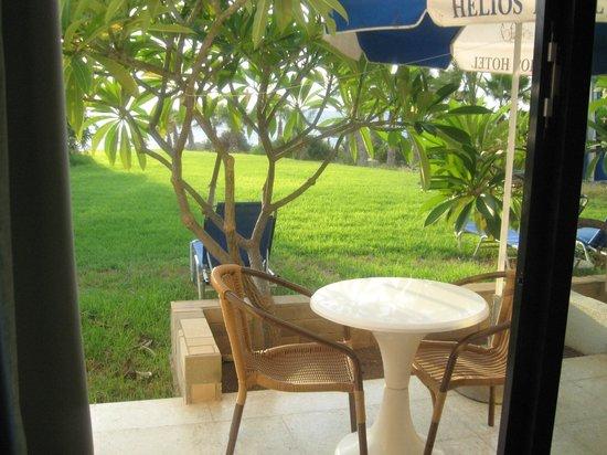 Helios Bay Hotel: вид из номера на лужайку