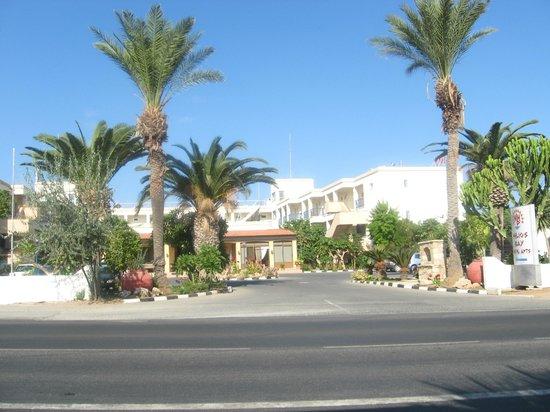 Helios Bay Hotel: вид на отель с остановки