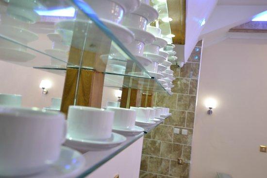 Best Western Greater London Hotel: Coffe Shop / Reception area