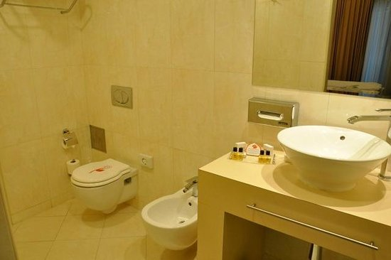 City Boutique Hotel: Very large and clean bathroom.