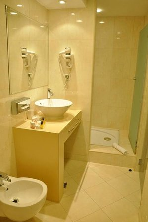 City Boutique Hotel : Very large and clean bathroom.