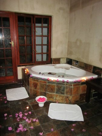 Woodall Country House and Spa: Jacuzzi at the Spa