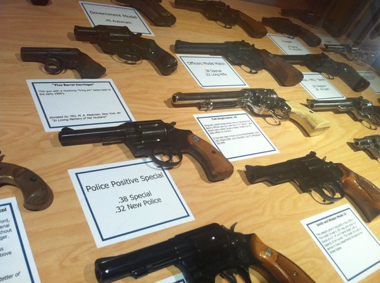 American Police Hall of Fame : spot the real vs fake guns