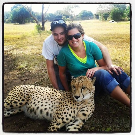 Emdoneni Lodge: Me and my fiance with the cheetah