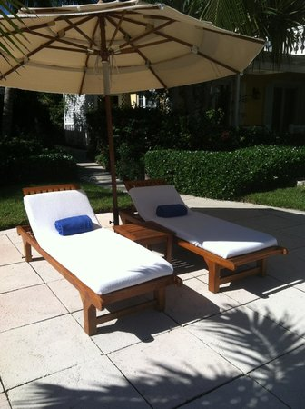 Point Grace : Pool lounge chairs