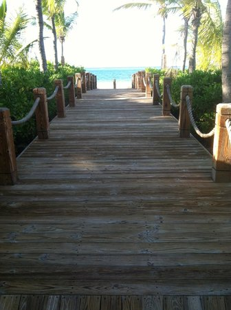 Point Grace: Walkway from hotel to beach