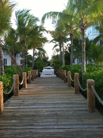 Point Grace: Walkway from beach to hotel