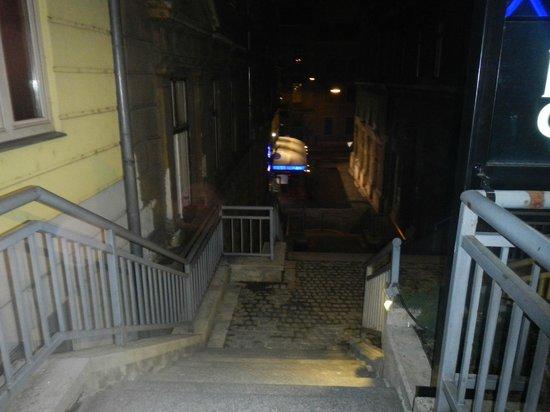 Carlton Hotel Budapest: Escalera en calle cortada