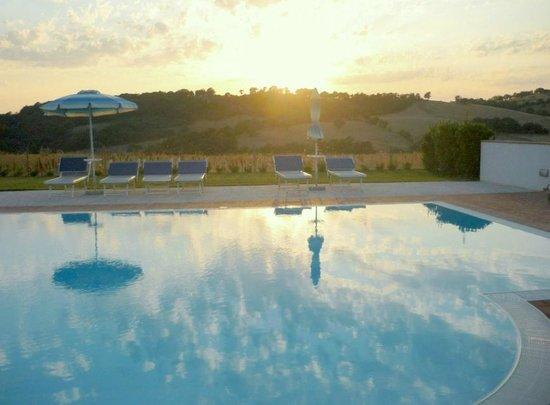 Agriturismo il Cavallino: tramonto sulla piscina
