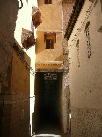 Dar Faracha Fès: Callejón estrechito de la medina camino a Dar Faracha