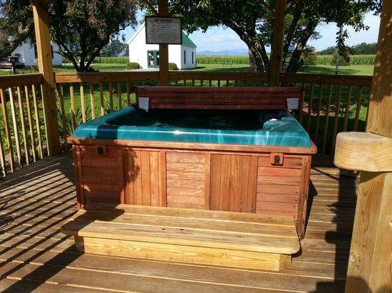 River's Edge Cottages & RV Park: Hot tub area