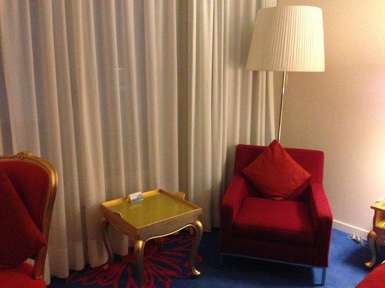 Radisson RED Brussels : Baroque furniture