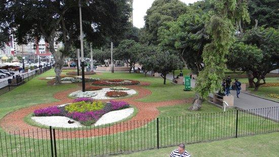 La Hacienda Miraflores: Praça próximo ao hotel.