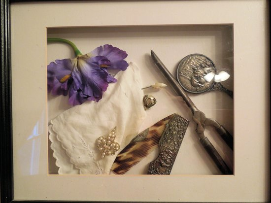 Carol's Garden Inn: Pretty shadow box