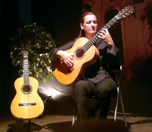 Celia Morales Guitarra Flamenca Tradicional: Celia in Action