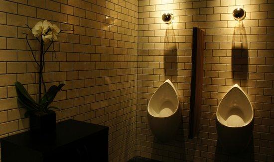 Dream Downtown: Banheiro masculino