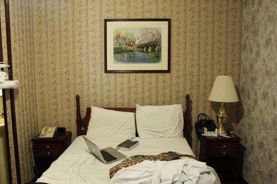 Hotel 17: Сама кровать, не нашел фото с заправленной кроватью