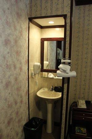 Hotel 17: Раковина и зеркало