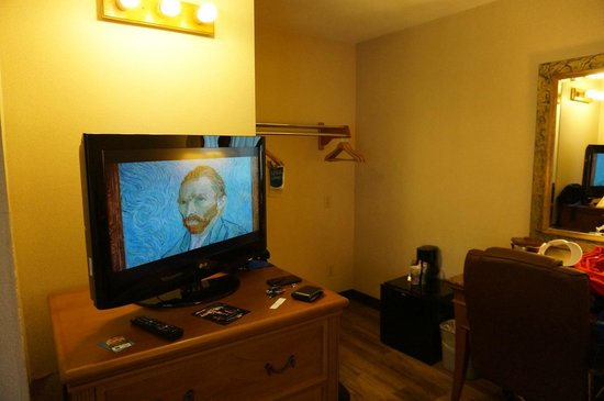 Comfort Inn San Diego At The Harbor: 32in flat screen TV & Chest of drawers