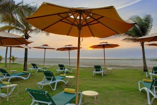 Holiday Inn Cartagena Morros: Asoleadoras con acceso a la playa