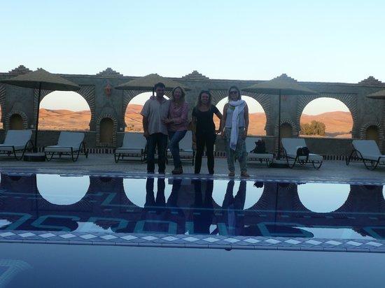 Kasbah Azalay Merzouga: Piscina con vistas a las dunas