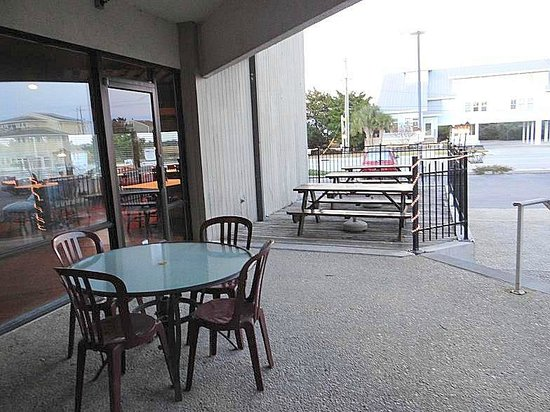 Banks Channel Pub and Grille : outside seating