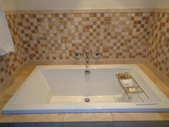 Buccament Bay Resort - TEMPORARILY CLOSED: Huge bath - wasn't enough hot water for me though