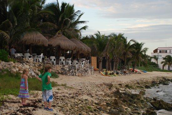 La Buena Vida Restaurant: Arriving along the beach this time