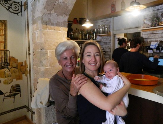 Olivia Cafe : con la familia disfrutando de la barra