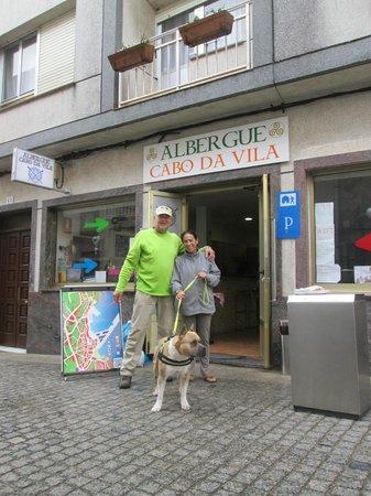 Albergue Cabo da Vila: My darling and the Hospitaleiro with Tango