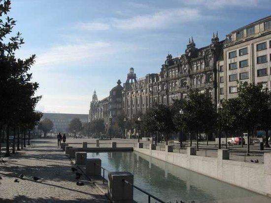 Hotel Aliados : La piazza su cui si affaccia l'Hotel