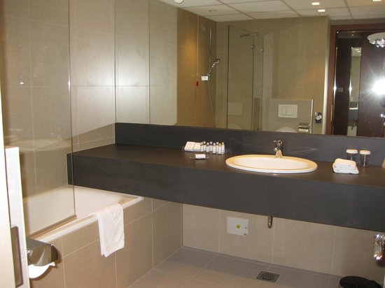 Grand Hotel Union: Spacious Bathroom