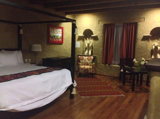 Guayaba Inn: Chimenea pisos de madera cuadros de artistas locales esculturas bano spa