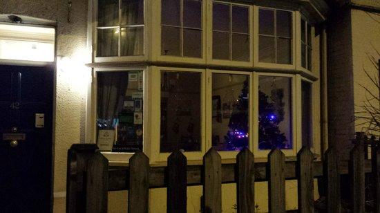 Wedgewood House: entrada del hotel y el ventanal del comedor desde la acera
