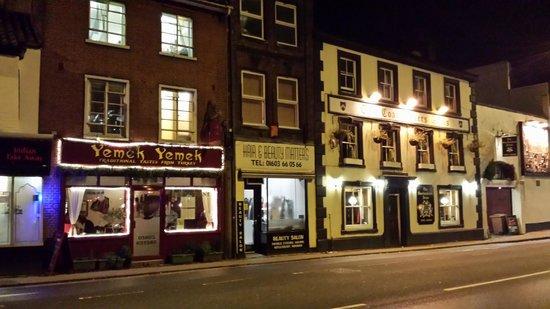 Wedgewood House: calle de enfrente de noche( a un paso de la calle de tiendas y restaurantes más concurrida de la