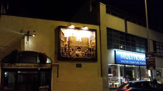 Wedgewood House: Un mural precioso del castillo de Norwich en la antiguedad( acera de enfrente)